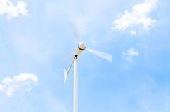 Ветрогенератор на облачном небе Стоковая Фотография RF
