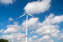 Ветротурбина на пасмурном голубом небе Альтернативная энергия и источник электричества глобальное потепление изменение климата и  стоковое изображение