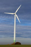 Ветротурбина на поле Стоковые Фотографии RF