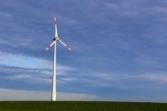 Ветротурбина на поле Стоковая Фотография