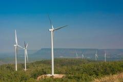 Ветротурбина производя электричество с голубым небом стоковые изображения rf