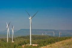 Ветротурбина производя электричество с голубым небом стоковая фотография rf