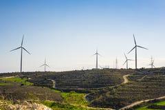 Ветротурбина производя электричество с голубым небом - концепцию сбережений энергии стоковое фото rf