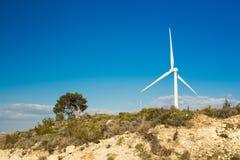 Ветротурбина производя электричество с голубым небом - концепцию сбережений энергии стоковое изображение