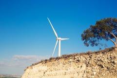 Ветротурбина производя электричество с голубым небом - концепцию сбережений энергии стоковые изображения