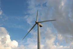 Ветротурбина против неба стоковое изображение rf