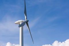 ветротурбина против отчасти пасмурного голубого неба Стоковая Фотография RF