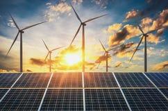 ветротурбина с панелями солнечных батарей и заходом солнца концепция чистая стоковые фотографии rf