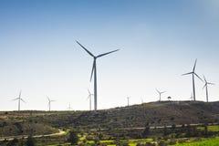 Ветротурбина для альтернативной энергии ветер турбины силы штепсельной вилки панели удерживания руки зеленого цвета eco принципиа стоковые фотографии rf