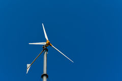 Ветротурбина для продукции электричества изолированный иллюстрацией ветер силы 3d Стоковые Изображения RF