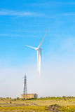 Ветротурбины в естественном зеленом ландшафте - голубое небо Стоковая Фотография RF