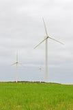 Ветротурбины в зеленом поле Стоковая Фотография RF
