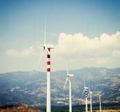 Ветротурбины в поле рапса ветер турбины источника альтернативного цифрового ландшафта иллюстрации энергии сельский Стоковая Фотография RF