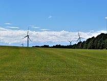 Ветротурбины в сельской сельской местности, городке Chateaugay, Franklin County, Нью-Йорка Соединенных Штатов стоковые изображения rf