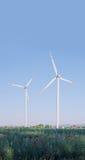 2 ветротурбины в сельском ландшафте Стоковые Изображения