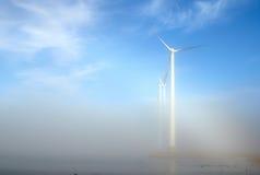 Ветротурбины в тумане Стоковые Изображения