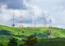 Ветротурбины горы и башни электричества Стоковые Фото