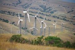 Ветротурбины, горы на заднем плане стоковые фото