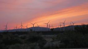 Ветротурбины закручивая на заход солнца в Mohave Калифорнии видеоматериал