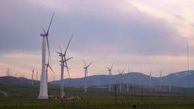Ветротурбины закручивая на заход солнца в Mohave Калифорнии акции видеоматериалы