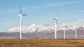Ветротурбины и горы предусматриванные в выставке и тумане Стоковое Изображение