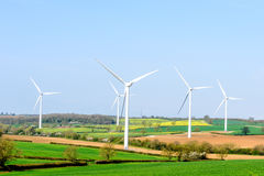 Ветротурбины и голубое небо с облаками над Великобританией fields Стоковое фото RF