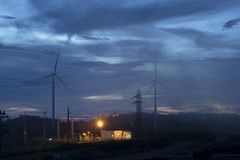Ветротурбины и туман вида с воздуха для производить электричество в Юго-Восточной Азии стоковая фотография rf