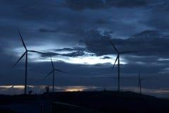 Ветротурбины и туман вида с воздуха для производить электричество в Юго-Восточной Азии стоковые изображения rf