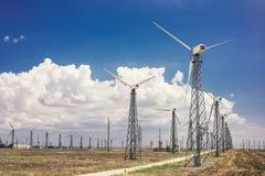 Ветротурбины которые производят электричество в полях Европы стоковое фото rf