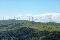 Ветротурбины на горе Стоковые Фотографии RF