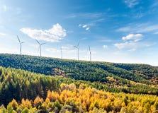 Ветротурбины на горном склоне стоковая фотография