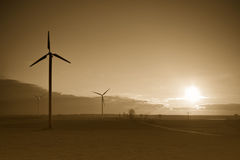 Ветротурбины на заходе солнца Стоковые Изображения
