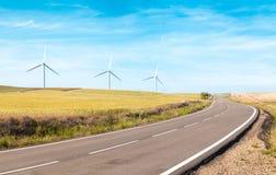 Ветротурбины на лете field, зеленая энергия. Стоковое фото RF