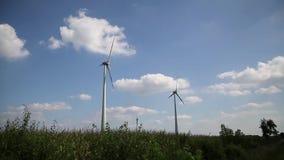 3 ветротурбины на ниве сток-видео