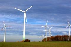 Ветротурбины на поле Стоковая Фотография