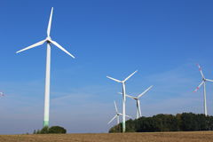 Ветротурбины на поле Стоковые Фотографии RF