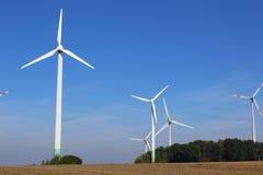 Ветротурбины на поле Стоковое Изображение