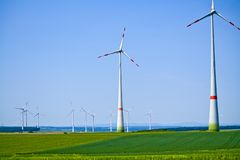 Ветротурбины на солнечном утре в ба стоковые фотографии rf