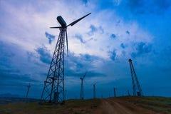 Ветротурбины на темной предпосылке неба ветер турбины источника альтернативного цифрового ландшафта иллюстрации энергии сельский стоковые фото