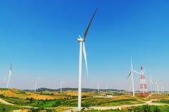 ветротурбины на холме с голубым небом Стоковое Изображение