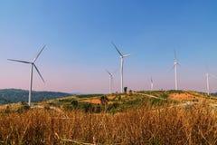 ветротурбины на холме с голубым небом Стоковая Фотография