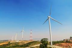 ветротурбины на холме с голубым небом Стоковые Изображения RF