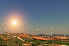 ветротурбины на холме с заходом солнца сила Стоковые Фотографии RF