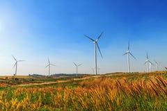ветротурбины на холме с предпосылкой голубого неба Стоковые Фотографии RF