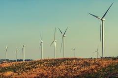 ветротурбины на холме с солнечностью Стоковое фото RF