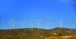 Ветротурбины на холме перед голубым небом Стоковое Изображение RF