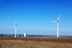 2 ветротурбины на холме с видами на море Стоковое Изображение RF