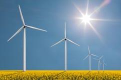 Ветротурбины на яркий солнечный день Стоковые Изображения RF