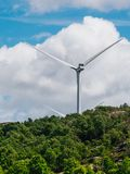 Ветротурбины обрабатывают землю на холмах побережья стоковые изображения
