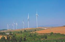 Ветротурбины под голубым небом Производить ветротурбин избирает Стоковые Изображения RF